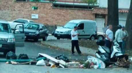 Vecinos de clase media encerrados en sus urbanizaciones por las guarimbas (barricadas) de los grupos violentos.